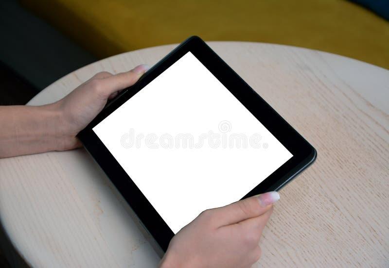 Een dichte omhooggaande mening van een jong meisje die haar tablet gebruiken stock afbeeldingen