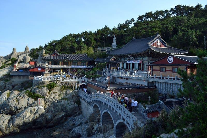 Een dichtere mening aan de tempel door het strand Haedong Yonggungsa binnen royalty-vrije stock foto's