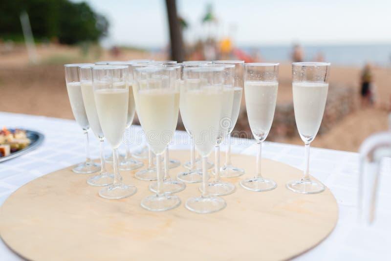 Een dienblad van champagneglazen stock foto