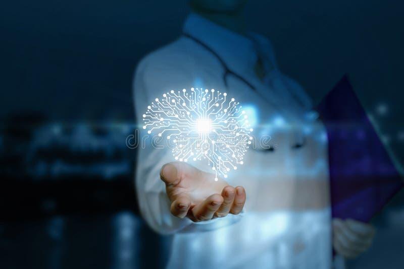 Een digitaal hersenenmodel hangt boven de hand van een arts bij de donkere achtergrond Het concept is het gebruik van computerdia stock fotografie