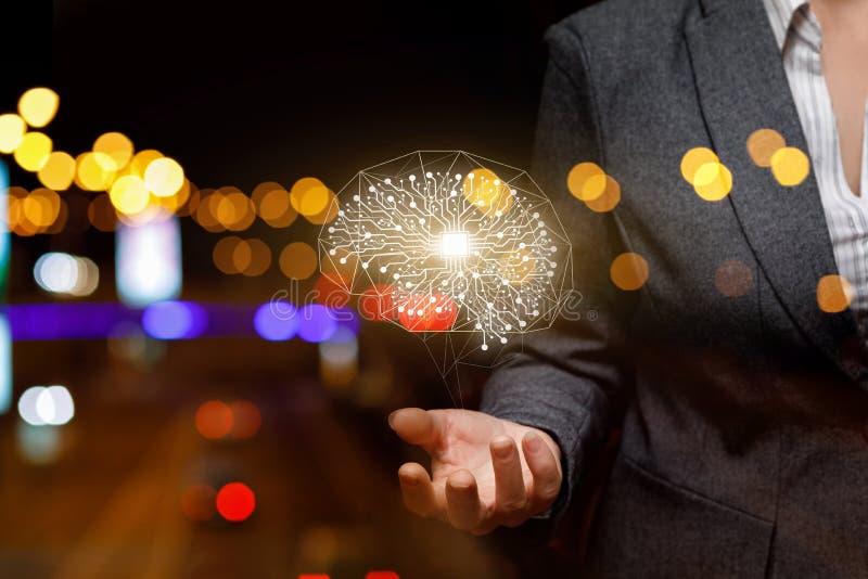 Een digitaal menselijk hersenenmodel hangt boven de hand van een onderneemster bij de achtergrond van nachtlichten stock foto's