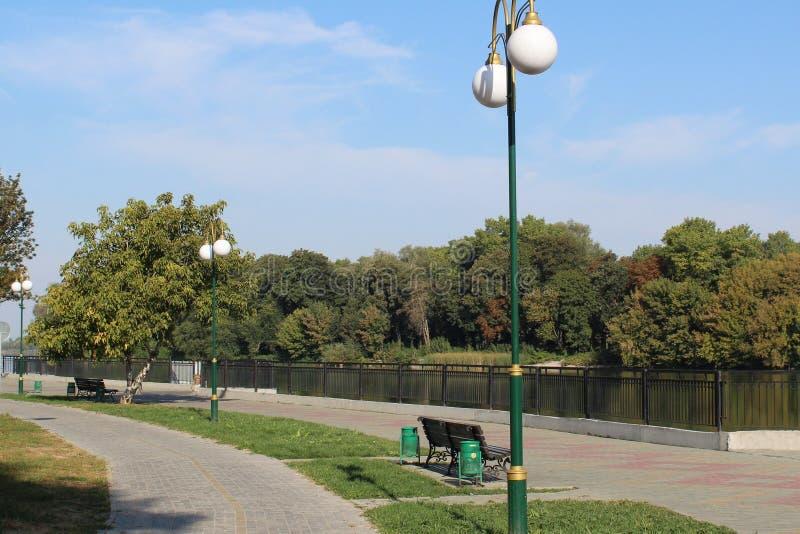 Een dijk langs een rivier in het stadspark royalty-vrije stock afbeelding