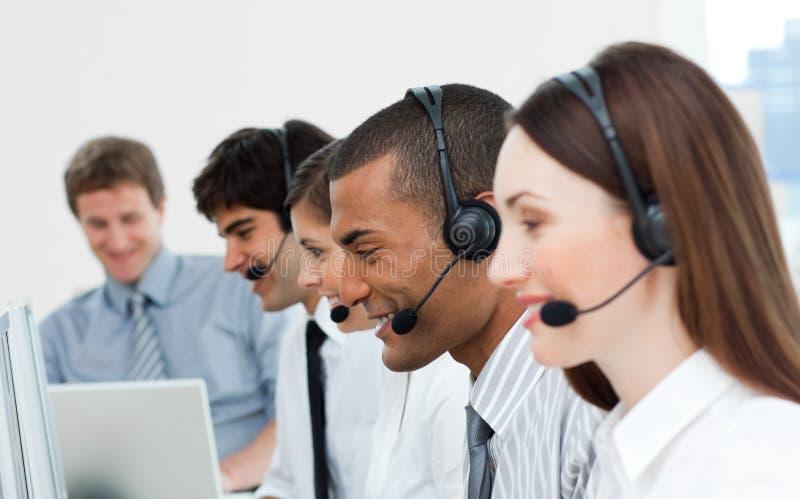 Een diverse commerciële groep met hoofdtelefoon  stock afbeelding