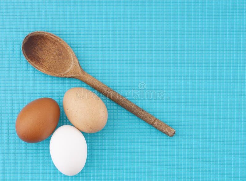 Een diversiteit van eieren Drie kip, kippeneieren op turkooise keukenraad Verschillende kleuren: bruine wit en gespikkeld stock afbeeldingen