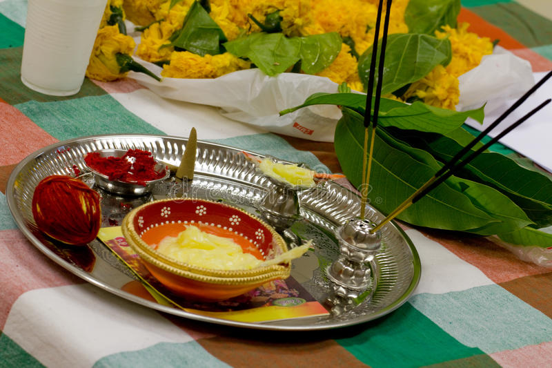Een Diwali-thaliplaat met de traditionele ingrediënten van het pujagebed Diwali is één van de grootste Indische festivallen vierd stock afbeeldingen