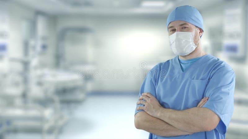 Een dokter die gezichtsmasker draagt in het operatiekamer van het ziekenhuis royalty-vrije stock afbeeldingen