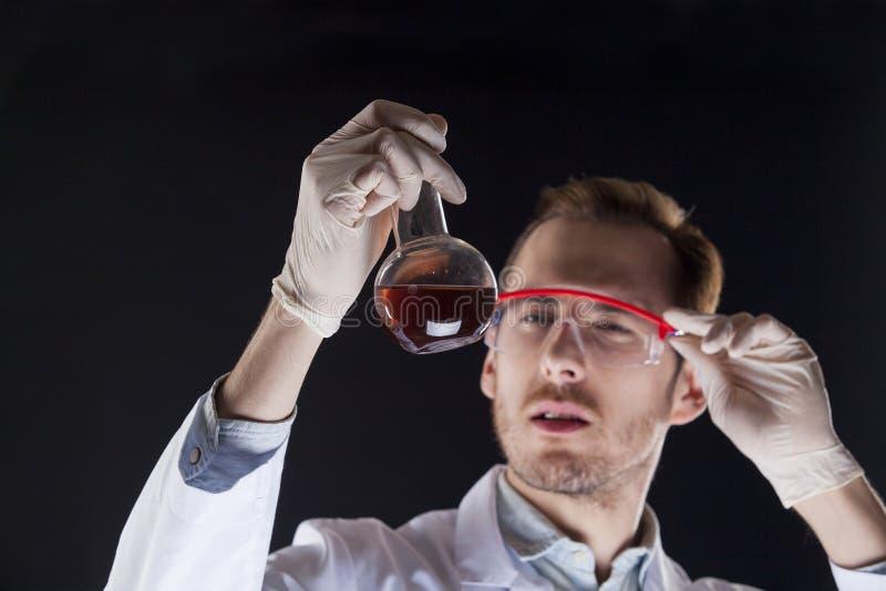 Een dokter met in hand fles stock afbeelding