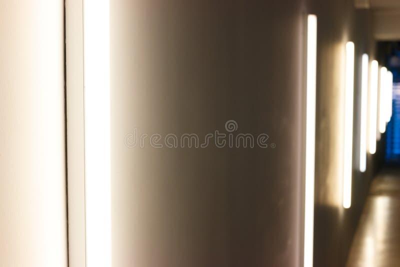 Een donkere die gang, door verticale lampen wordt aangestoken stock foto's
