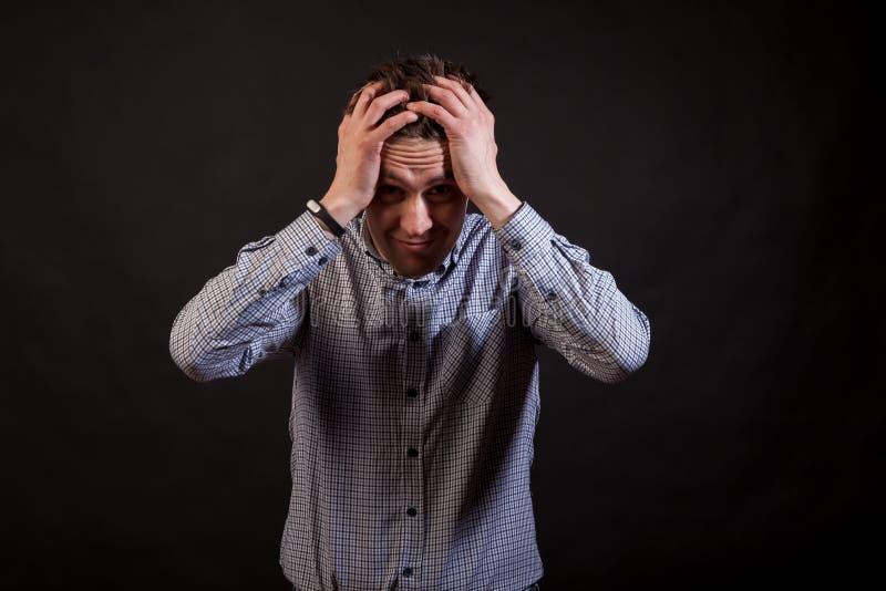 Een donkere haired witte mens heeft problemen royalty-vrije stock foto