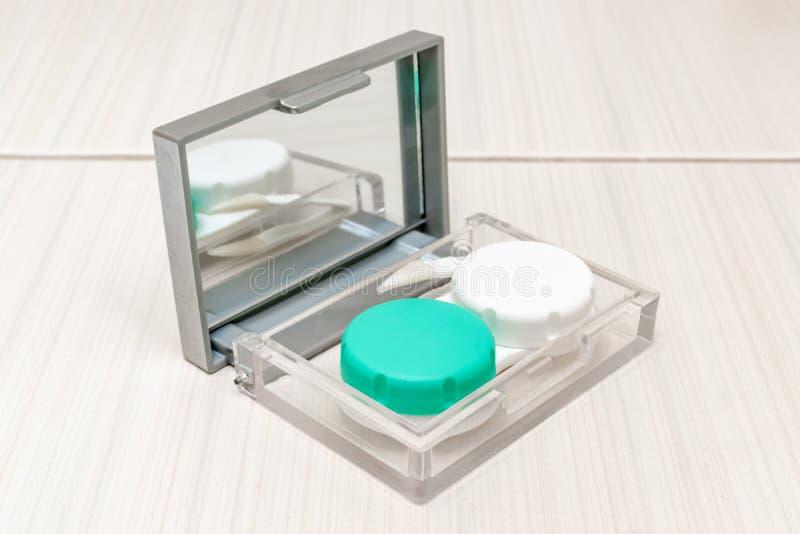 Een doos met een spiegel met container en pincet daarin royalty-vrije stock afbeeldingen