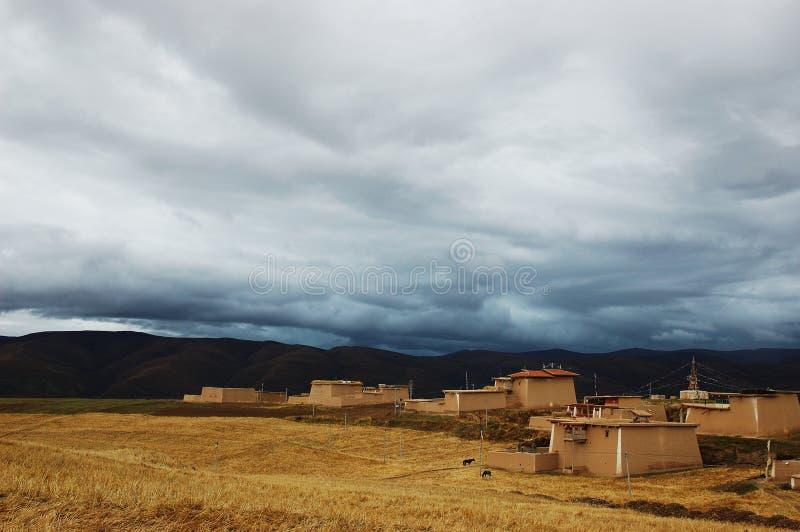 Een dorp van Tibet op de weide royalty-vrije stock afbeeldingen