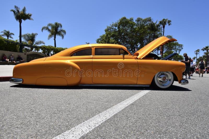 Een Douane van zonsondergang oranje Chevrolet, 1 stock afbeelding
