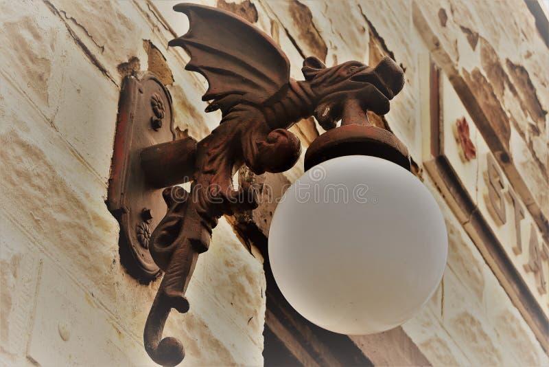 Een draak steekt de manier aan royalty-vrije stock foto