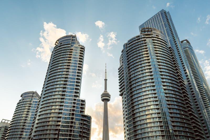 Een dramatische mening van hoge de stijgingstorens van de waterkant van Toronto royalty-vrije stock foto