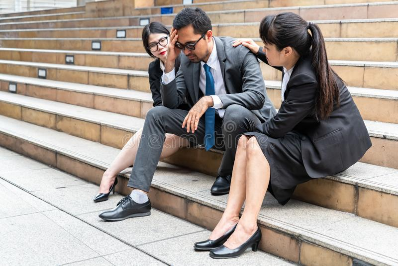 Een droevige het kijken jonge zakenmanzitting bij de trap stock fotografie