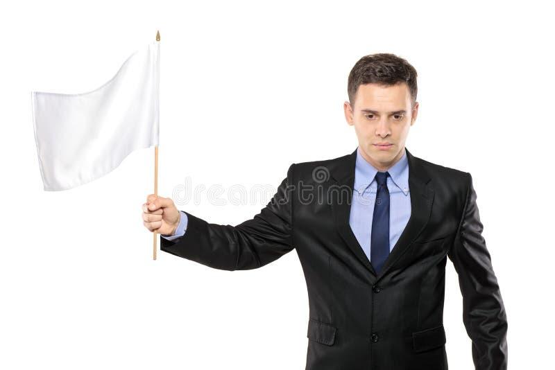 Een droevige mens die een witte vlag houdt, die nederlaag gesturing royalty-vrije stock afbeelding