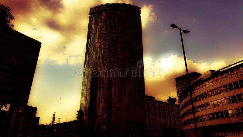 Een dromerige zonsondergang over de stad stock afbeeldingen