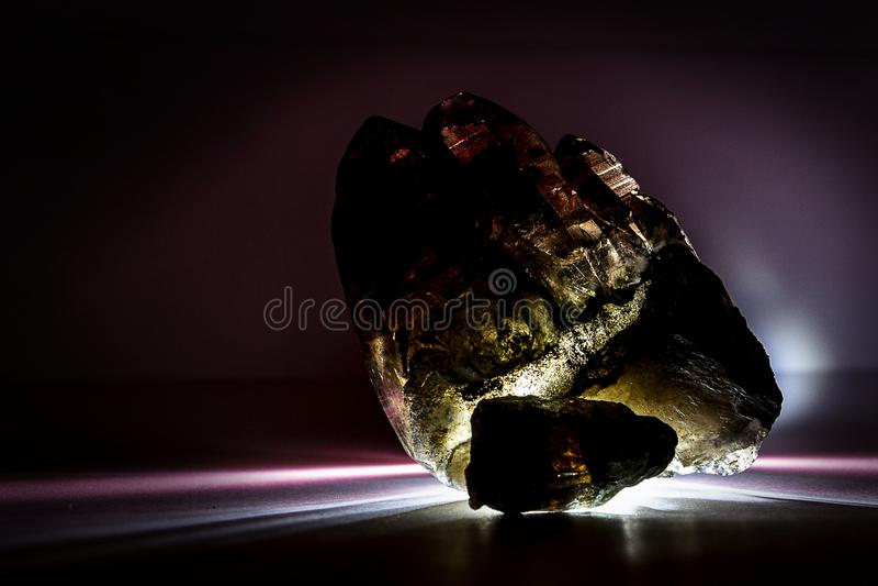 Een druse van rokerig kwarts met epidote, kristal, steen stock afbeelding