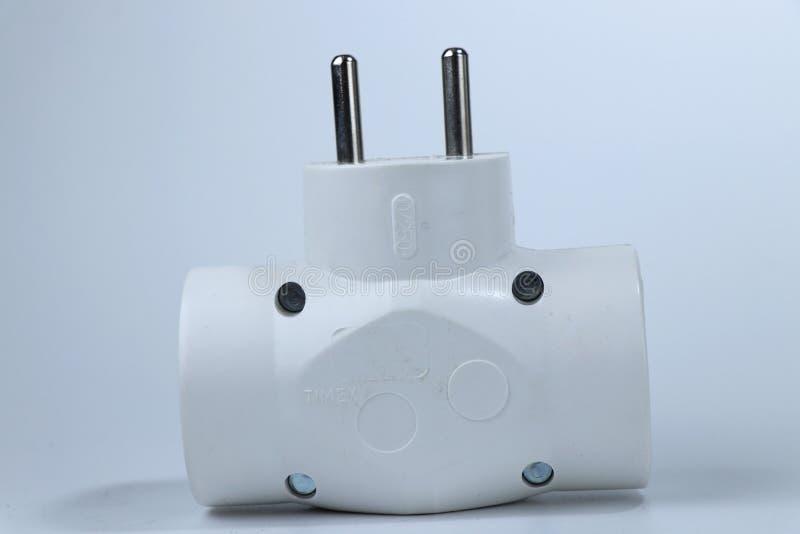 Een dubbele adapter voor verbindt een andere cabels voor verdient energie van netwerk royalty-vrije stock foto