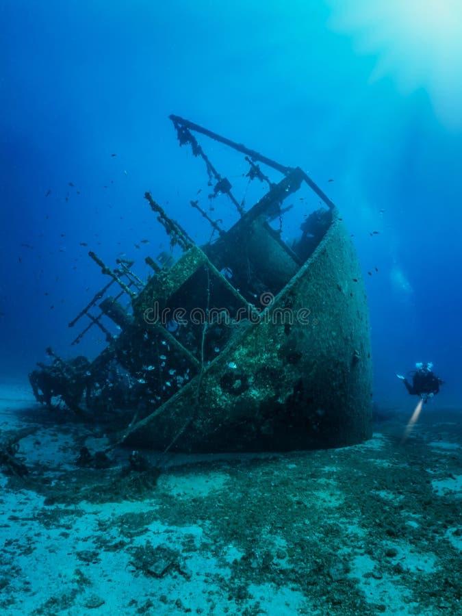 Een duiker die een zonken wrak op de Egeïsche Zee in Griekenland onderzoekt stock foto's