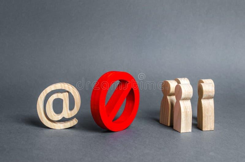 Een e-mailsymbool op internet en een groep mensen worden gescheiden door een rood prohibitief symbool Nee beperkingen op de toega royalty-vrije stock foto's
