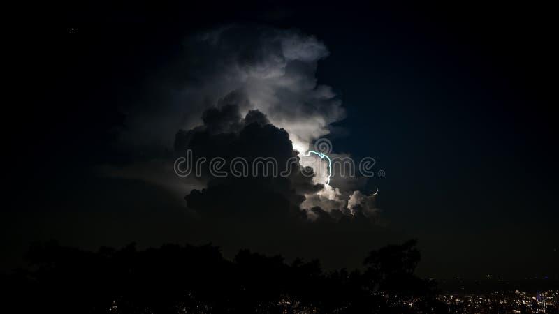 Een echte bliksem in de hemel bij nacht Spectaculaire elektroonweerswolken stock afbeeldingen