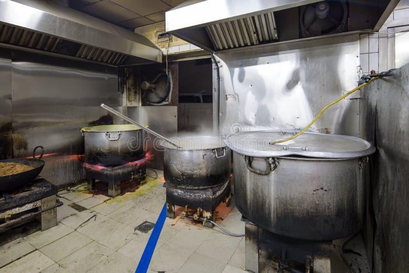 Een Echte Grungy Vuile Restaurant Industriële & Commerciële Keuken e stock fotografie