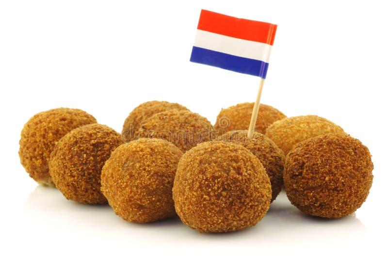 Een echte traditionele Nederlandse snack riep bitterbal stock fotografie