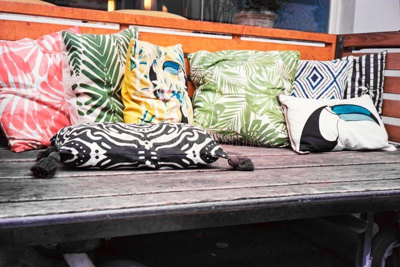 Een eenvoudige laag in hout met kleurrijke hoofdkussens en kussens, schot met analoge filmfotografie royalty-vrije stock fotografie
