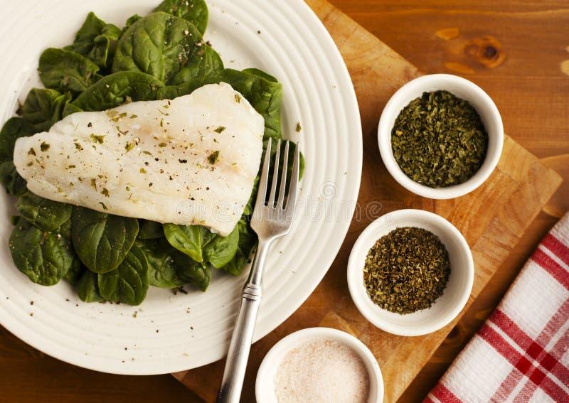 Een Eenvoudige Plaat van Organische Spinazie voor Lunch met Kruidenschotels royalty-vrije stock foto