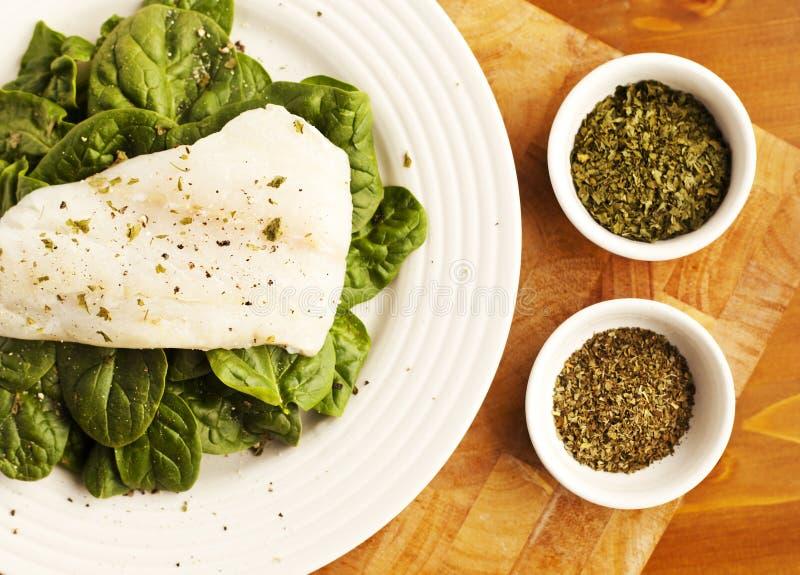 Een Eenvoudige Plaat van Organische Spinazie voor Lunch met Kruidenschotels royalty-vrije stock afbeeldingen