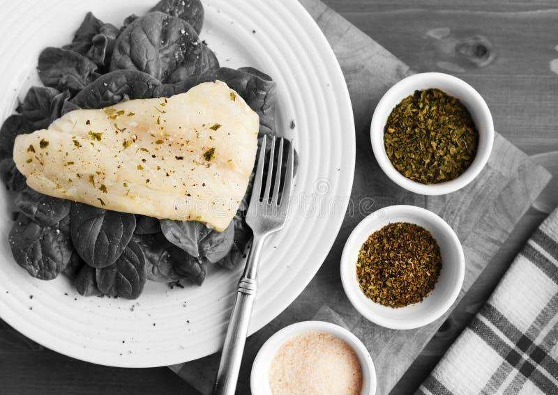 Een Eenvoudige Plaat van Organische Spinazie voor Lunch met Kruidenschotels en Roze Zout royalty-vrije stock afbeelding