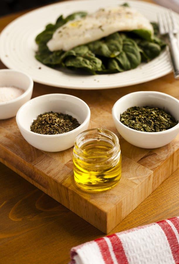 Een Eenvoudige Plaat van Organische Spinazie voor Lunch met Kruidenschotels en Roze Zout stock afbeelding