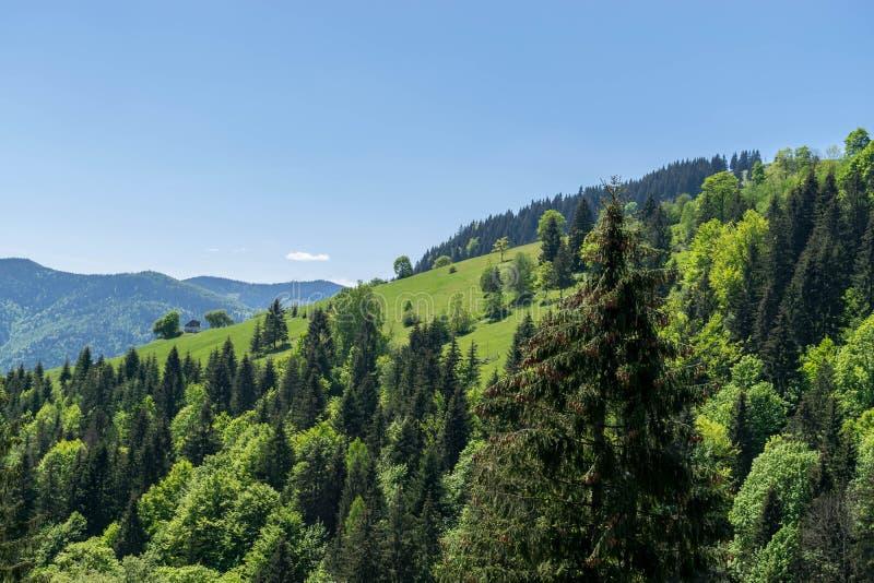 Een eenzaam huis bovenop een heuvel in de bergen royalty-vrije stock fotografie