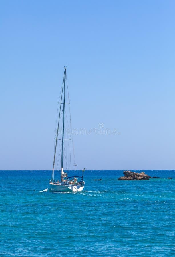 Een eenzaam klein jacht in het overzees dichtbij Kreta, Griekenland stock afbeelding