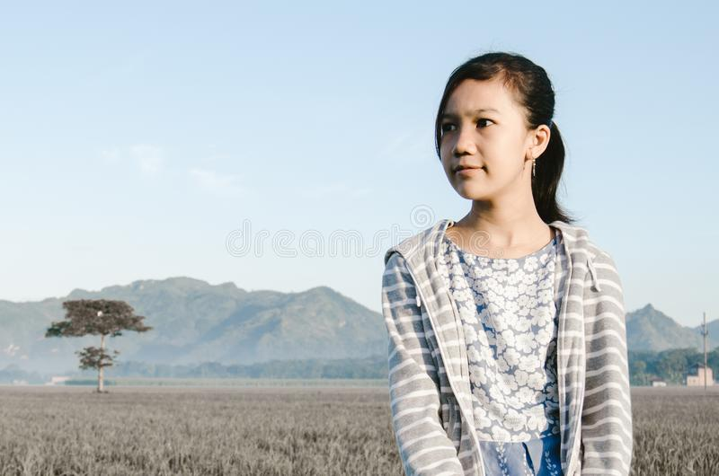 Een eenzaam meisje op het gebied royalty-vrije stock foto's