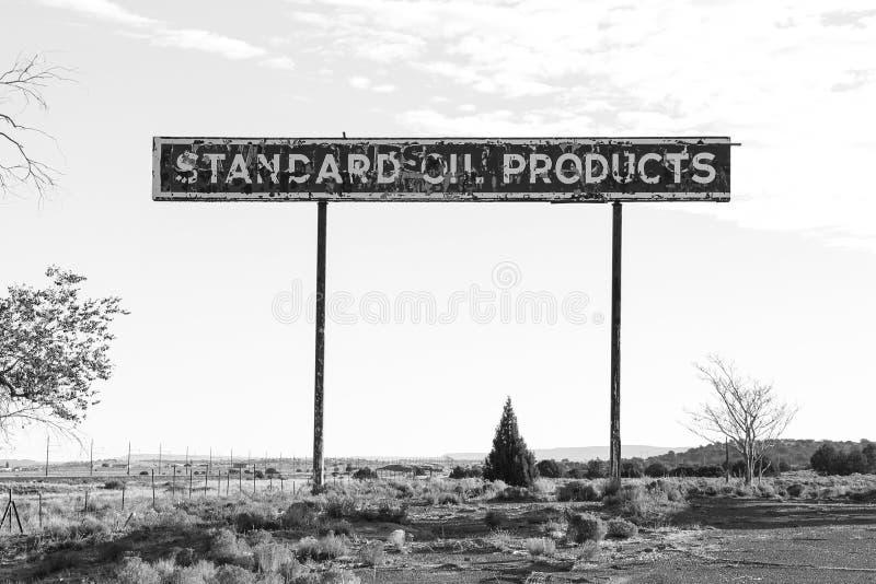 Een eenzaam oud teken op de weg stock foto's