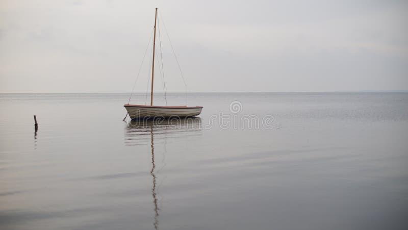 Een eenzame boot op zee royalty-vrije stock foto