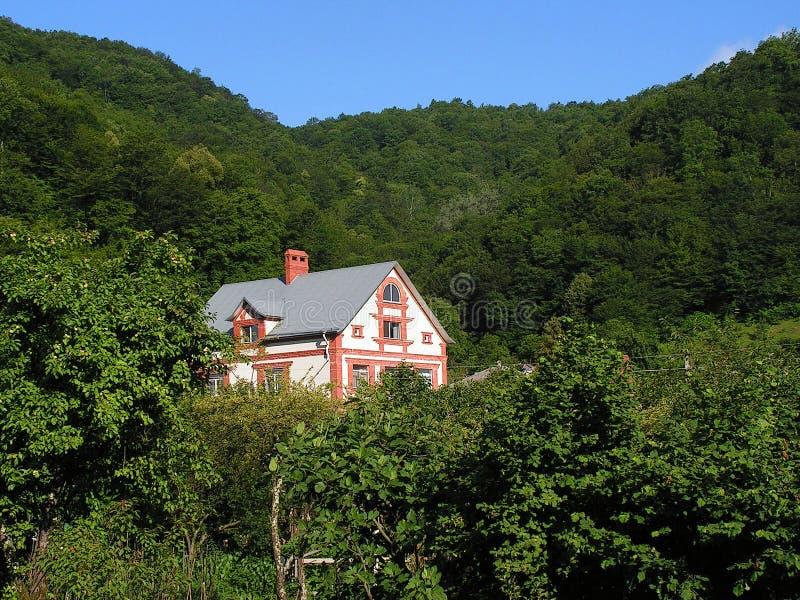 Een eenzame cabine in de bergen royalty-vrije stock foto