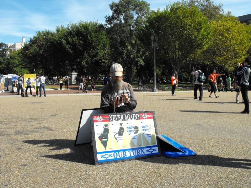 Een eenzame die protesteerder voor Wit Huis, door toeristen wordt omringd stock fotografie