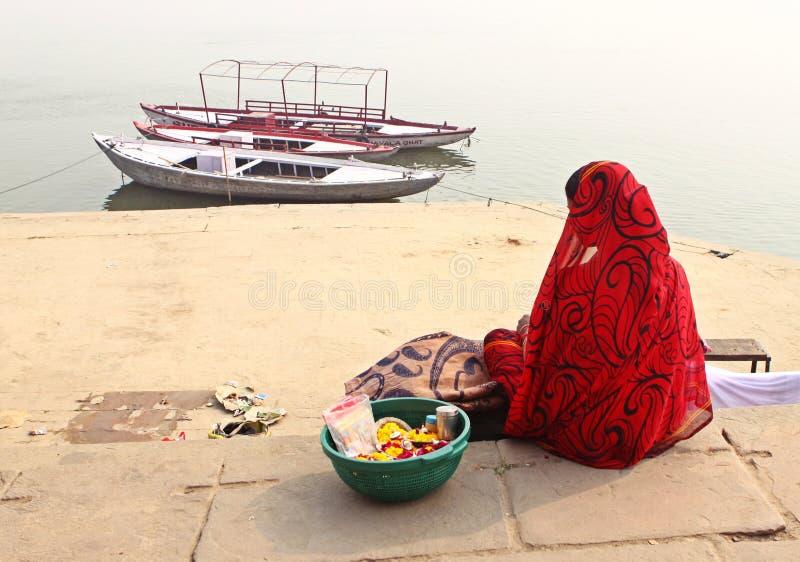 Een eenzame Hindoese dame wacht op boatman, India stock foto's