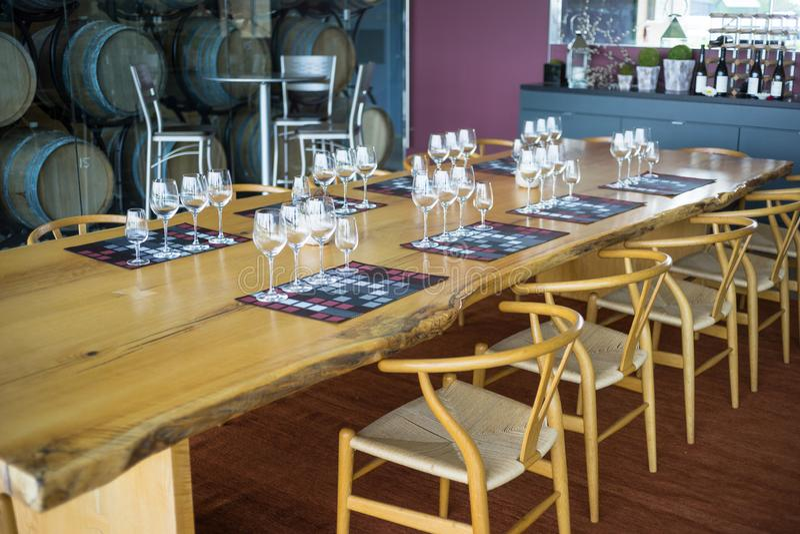 Een eetkamerlijst die voor wijnbemonstering wordt geplaatst royalty-vrije stock foto