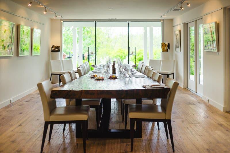 Een eetkamerlijst voor wijnbemonstering die wordt geplaatst royalty-vrije stock fotografie