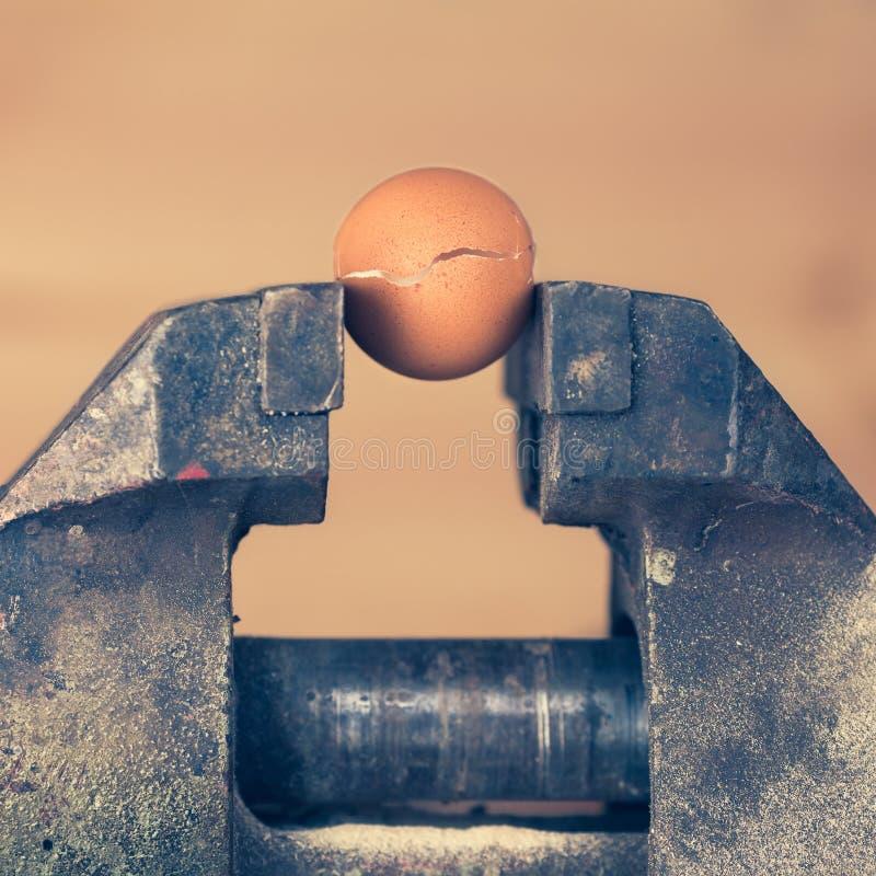 Een ei die onder Druk van Ondeugd barsten royalty-vrije stock afbeelding