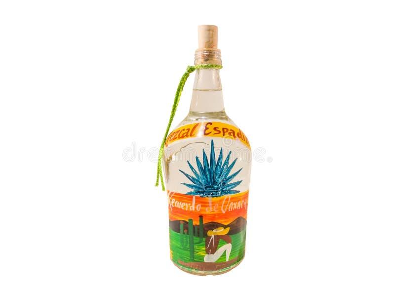 Een eigengemaakte fles van Mezcal Espadin Witte achtergrond stock afbeelding