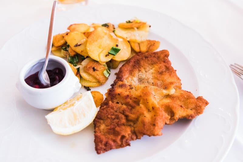 Een Eigengemaakte Gepaneerde Duitse Weiner-Schnitzel met gekookte Aardappels royalty-vrije stock afbeelding