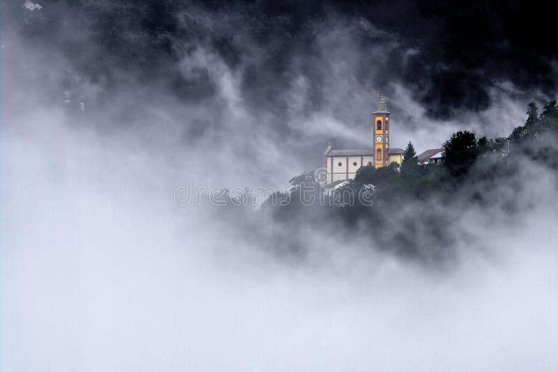 Een eiland in de mist stock afbeelding
