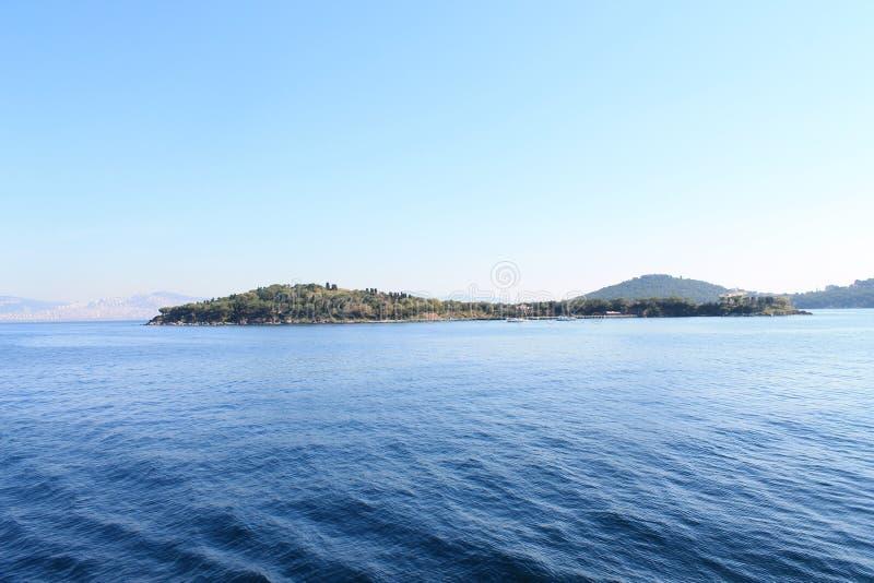 Een eiland in het blauwe overzees royalty-vrije stock afbeelding