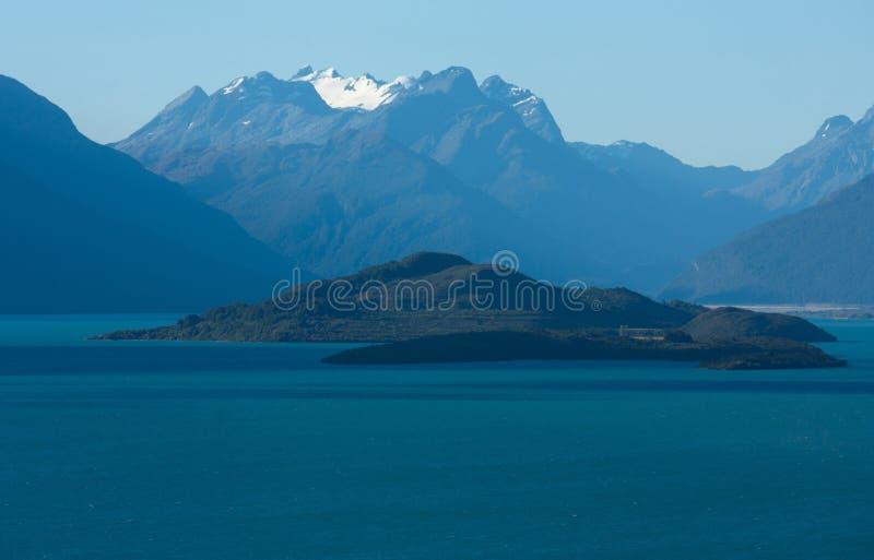 Een eiland op het Meer Wakatipu tussen Queenstown en Glenorchy in Nieuw Zeeland royalty-vrije stock foto's