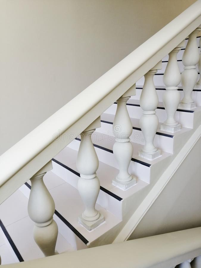 In een elegante trap van de huis witte steen aan de vloer in een huis royalty-vrije stock fotografie